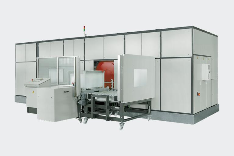 Die PERO Reinigungsanlage R5 reinigt große Mengen an Bauteilen und voluminöse Werkstücke sowie EURO Gitterboxen besonders schnell und effizient.
